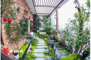 Không gian sân thượng xanh mát với giàn hoa leo