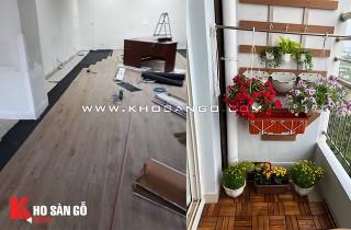 Không gian ban công xanh mát với vỉ gỗ tự nhiên