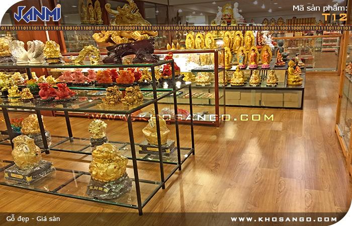 Sàn gỗ Janmi T12 lót sàn showroom bán hàng