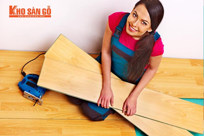 dùng búa cao su khi lắp đặt sàn gỗ