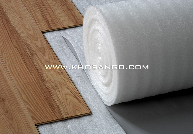 Trãi xốp trước khi lót sàn gỗ, chống ẩm, giảm ồn